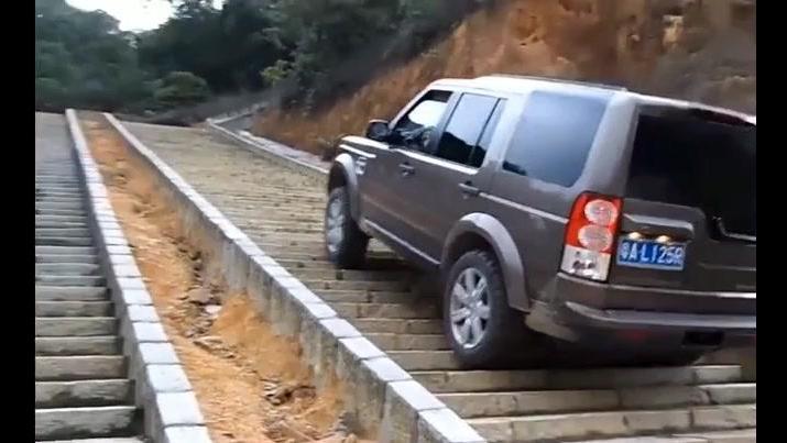 价值100万的车,越野性能到底有多霸气,爬个楼梯就知道了!