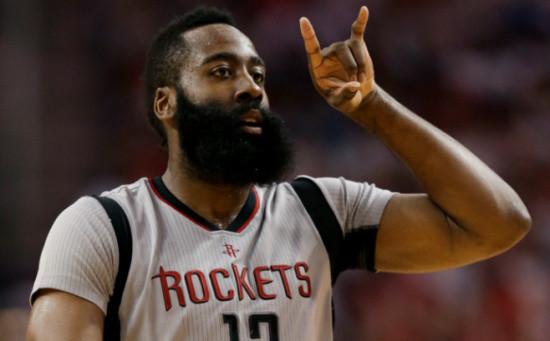 国搜体育5月8日整理报道 2016-17赛季NBA季后赛继续进行,休斯顿火箭坐镇主场迎来与圣安东尼奥马刺的西部半决赛第4战。全场打完,火箭125-104大胜马刺,将系列赛总比分追成2-2平。 火箭队的哈登得到28分、12次助攻、5个篮板和2次抢断,戈登得到22分,阿里扎得到16分、6个篮板和5次助攻,安德森得到13分和4个篮板,路威得到13分和4个篮板,布朗得到11分,贝弗利得到10分、6次助攻和4个篮板,卡佩拉得到8分和9个篮板。马刺队的西蒙斯得到17分和4个篮板,阿尔德里奇得到16分和5个篮板,莱纳