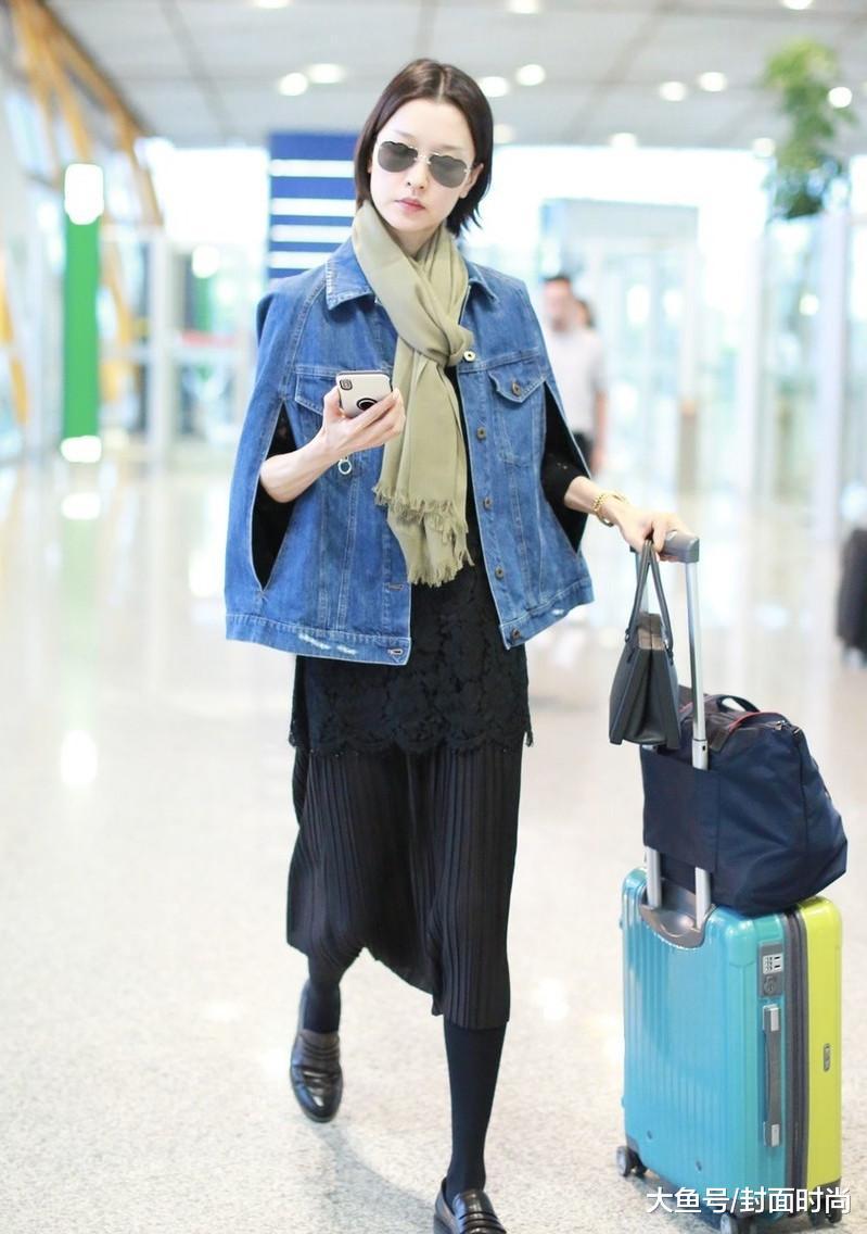 42岁袁泉清爽亮相机场, 短发减龄可爱, 可惜素颜状态真憔悴