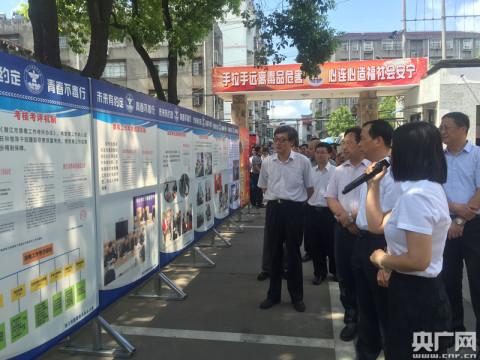 圖為潛江市園林二中的學生進行禁毒宣誓 黃炎秋/攝