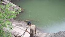 农村小伙往水里一跳,竟然只是为了这种美食,乐坏了