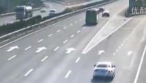 监控实拍: SUV宝马X6高速倒车,大客车让速不让道将其撞毁!