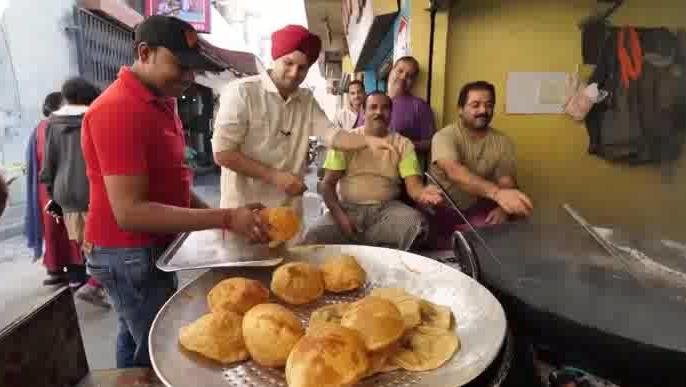 印度的街头美食,很像中国的炸油饼,两个油饼加配菜只要8块钱!