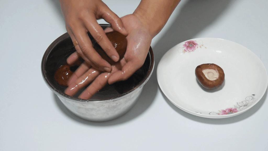 吃了几十年的香菇,今天才知道香菇应该这样洗,白白净净无泥沙