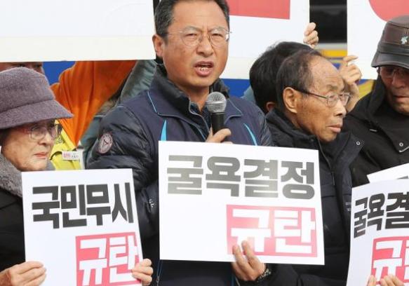 青瓦台宣布一重要决定, 韩国民众无法接受, 叫嚣着让文在寅下台