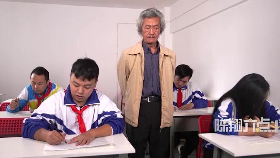 爆笑段子: 小明考试被抓动手脚,这老师英明过度啊!
