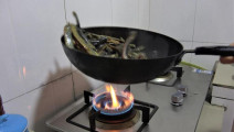 我是小熙: 泥鳅最好吃的做法,香辣又营养,一顿三斤不够吃!