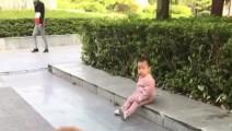 汪星人笑玩小女孩的滑板