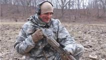这样也行?AK-47步枪前准星坏了,大兵用一块石头就搞定了