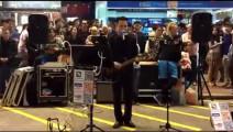 他因日本街头演唱黄家驹歌曲而红,香港街头《光辉岁月》也很好听