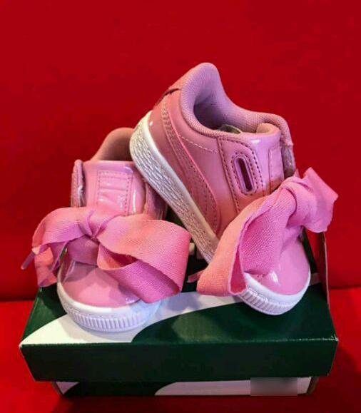 """一双粉红色的小鞋子,附文称""""so cute(太可爱)"""",还附上三个爱心的表情."""