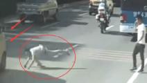 【车祸】醉酒男子突然摔倒马路上,面包车老司机泪崩了
