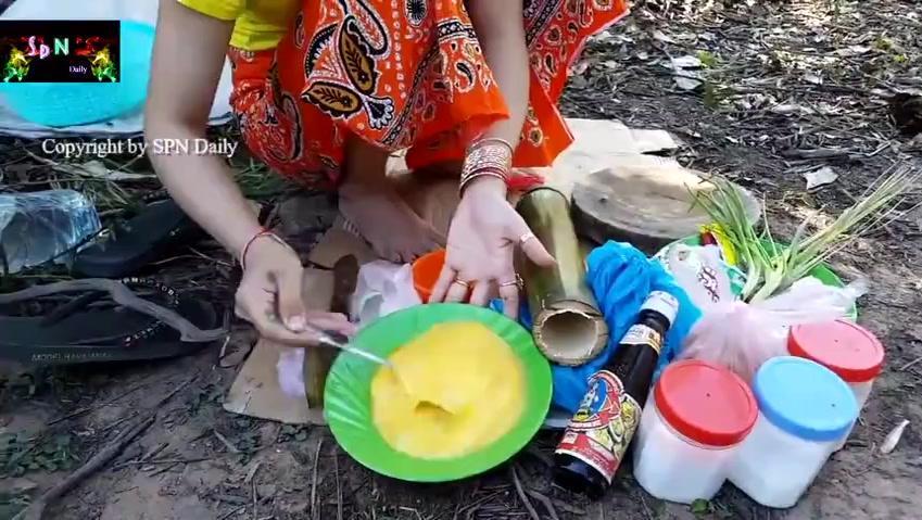 柬埔寨小媳妇野外做竹筒煎鸡蛋,色香味俱全