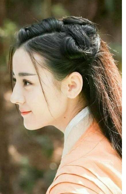 简单的盘发或者是低马尾有了龙须刘海,更加凸显了女星柔美的一面,魅力图片
