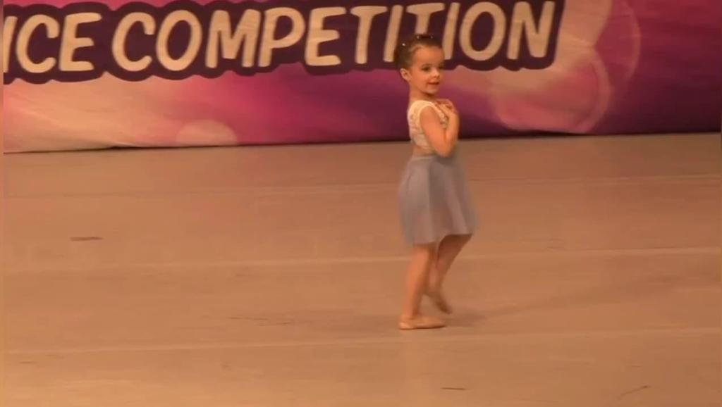4岁的小萝莉Ella Dobler,跳起舞来就像一只优雅的小天鹅