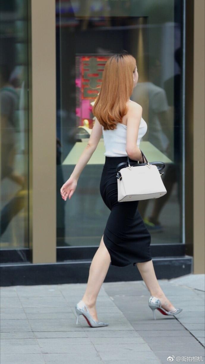 街拍黑色紧身裙的高跟鞋美女
