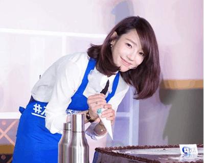 白百何最新发型图片 斜刘海高扎半丸子头