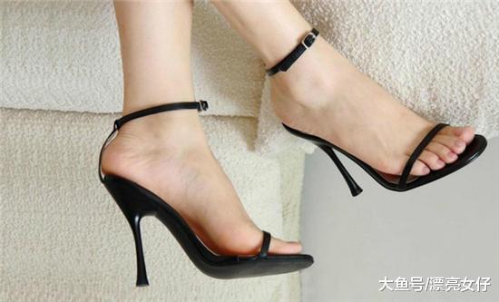 超美的一字带高跟凉鞋, 使脚裸出看起来更具有诱惑力
