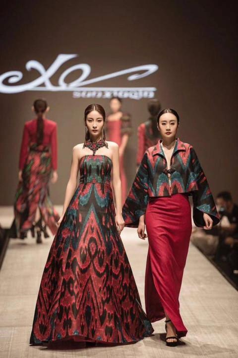 中国十佳服装设计师程应奋,更是凭借多年的设计积淀,以及对艾德莱斯