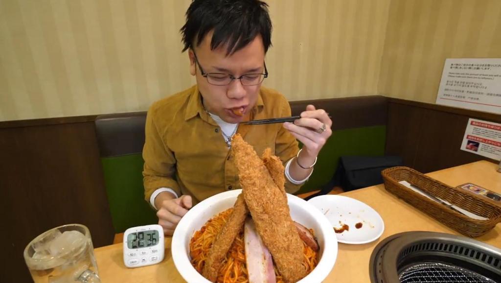日本小伙吃拉面,肉多面辣,吃得特别起劲