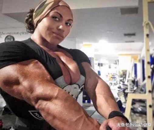 肌肉女身材比健美男运动员还壮实, 不看脸都以为这是肌肉猛男