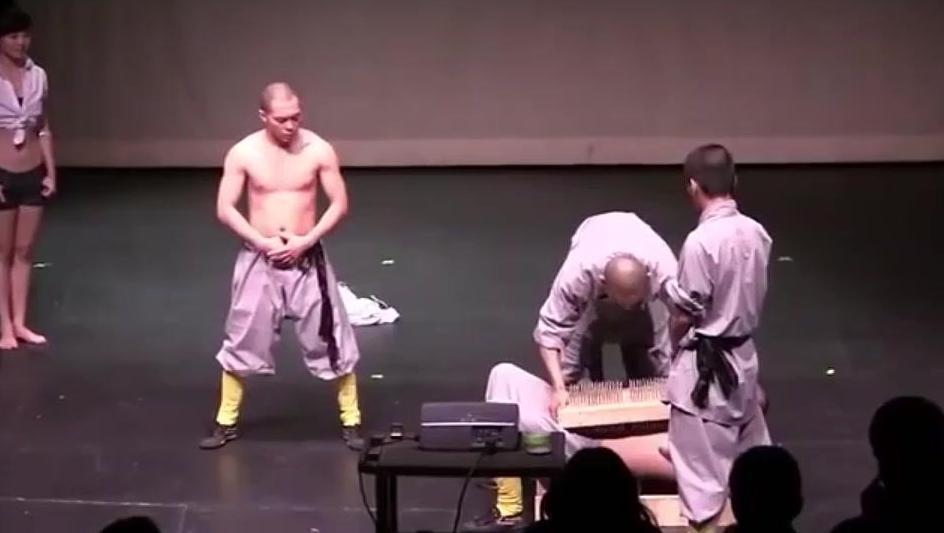 少林武僧团走遍全球的压轴功夫,硬气功滚钉板!