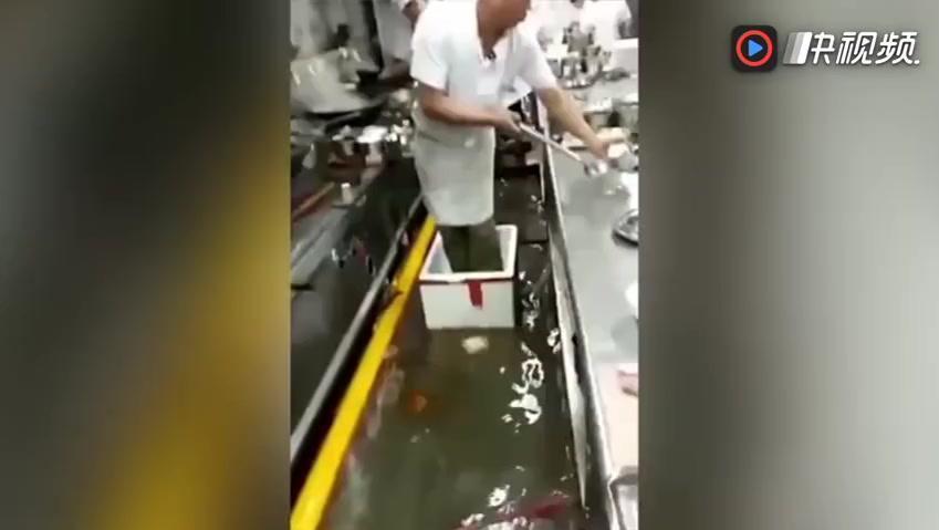 新东方厨师现世?大水冲后厨 师傅泡沫箱炒菜