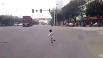 4岁小孩横闯马路,30吨重的大货车司机做出了最正确的动作