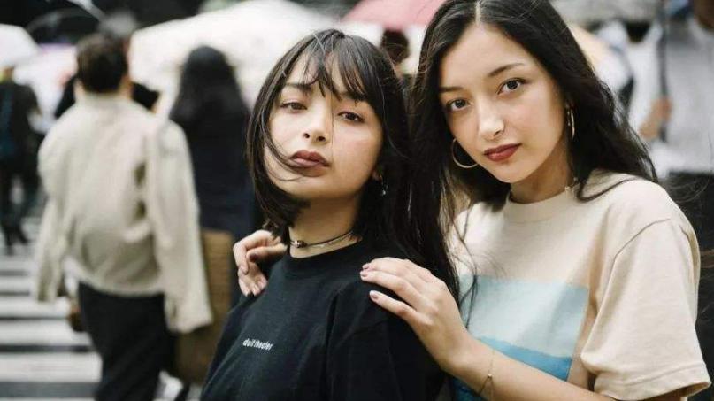 """日本网友: 她们可是我们的国宝 混血高中生姐妹花因""""魔鬼身材""""走红,"""