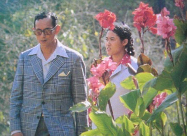 泰国诗琳通公主还是和老国王亲! 王室发布圣诞合影太暖心, 好俏皮