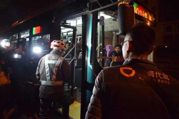 记者体验首班24小时公交, 乘客半数是代驾, 建议多开一些线路