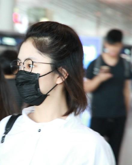 谭松韵素颜现身机场街拍, 口罩君也遮不住这嫩的捏出水的脸
