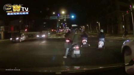 一群屁孩違規左轉險被撞,後方駕駛直呼太可怕了!