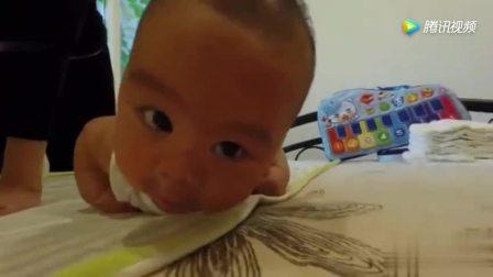 这急性格的妈妈, 看她手把手教小宝宝学爬行, 萌呆了!