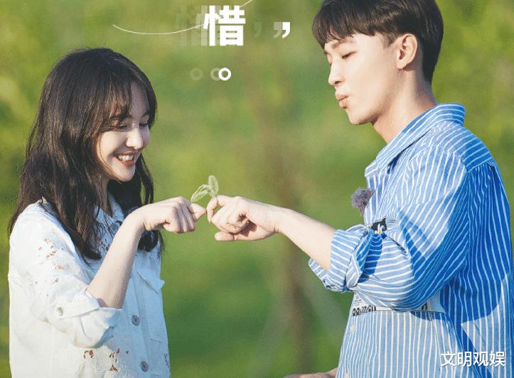 郑爽和张若昀拍合照, 谁留意她手上戒指的位置? 透露感情真实状态