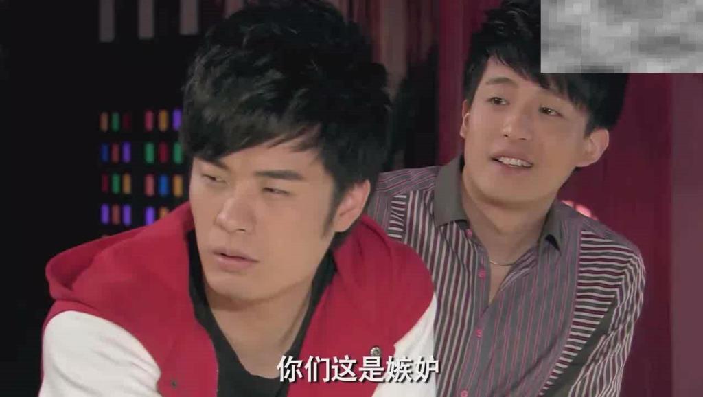爱情公寓: 张伟你牙齿的菠菜是昨天的?张伟: 胡说,是前天的!