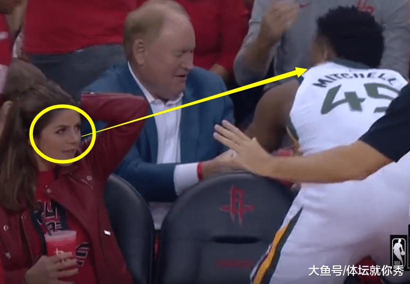 米切尔扑向美女球迷, 2秒后她脸红到耳根, 慢镜揭示其脸红的原因(图3)
