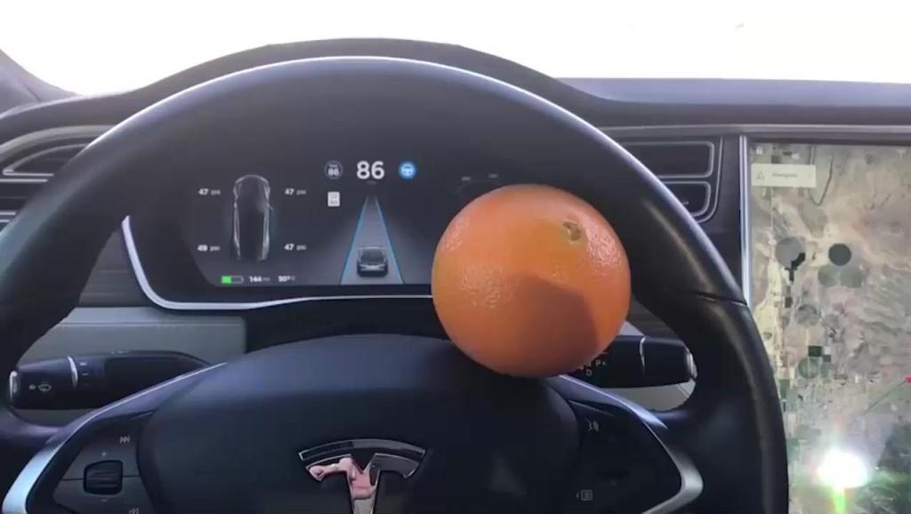 特斯拉的自动驾驶有多牛?在方向盘上夹个橙子测试一下你就知道了