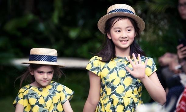 黄多多旁边的外国女孩子好可爱呀