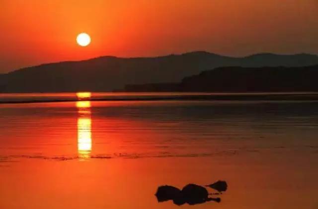 坐在湖边,看夕阳西下, 这样的画面也挺浪漫.