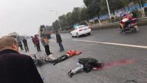 十次车祸九次快!摩托超速追尾皮卡摔倒惨遭泥罐车碾压