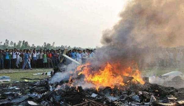 飞行员在着陆时紧张地按错了按钮, 向机场发射了50枚火箭, 造成了40人受伤