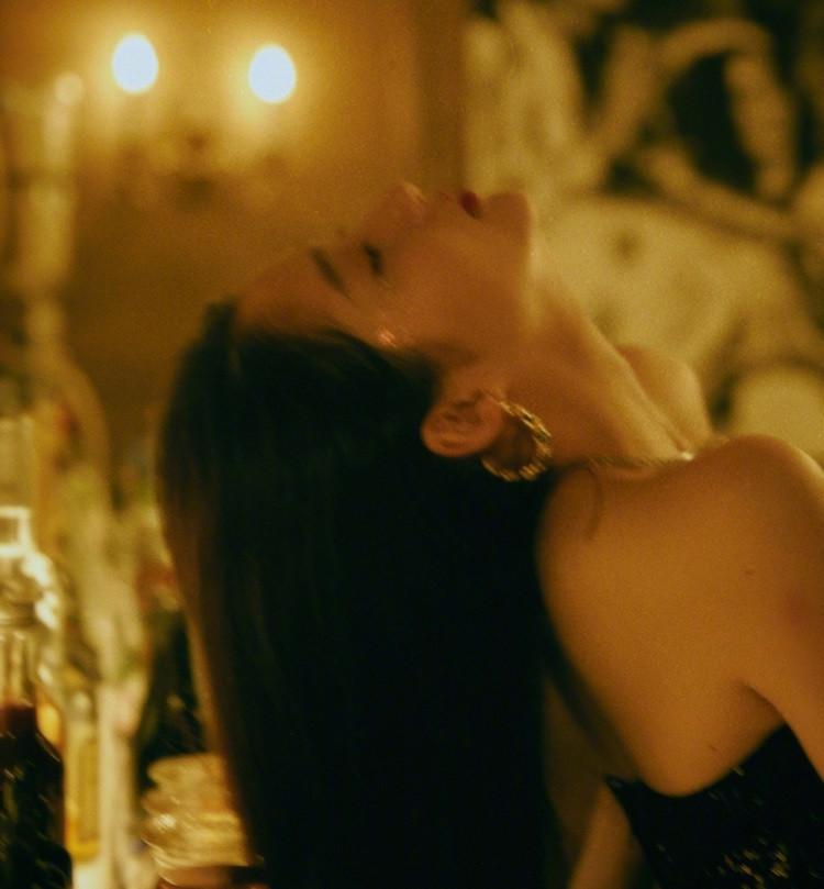 通过关晓彤晒出的这组复古玫瑰大片看到,一身黑色礼服的关晓彤,但是这鼻子却是有些美中不足