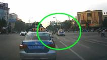 电动车女子闯红灯,被出租车狠狠教训了