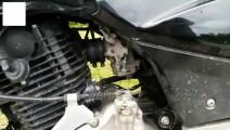 在摩托车发动机这地方垫上一片纸,油门就是拧到底也跑不过电动车