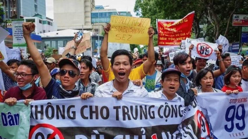 军民冲突已致3人死亡, 中方罕见发声: 绝不让美奸计得逞  越南爆发反华游行,