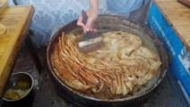 街头最新小吃 - 千页QQ饼 - 买一斤送一斤 满满的葱香味道!隔着频幕都香!