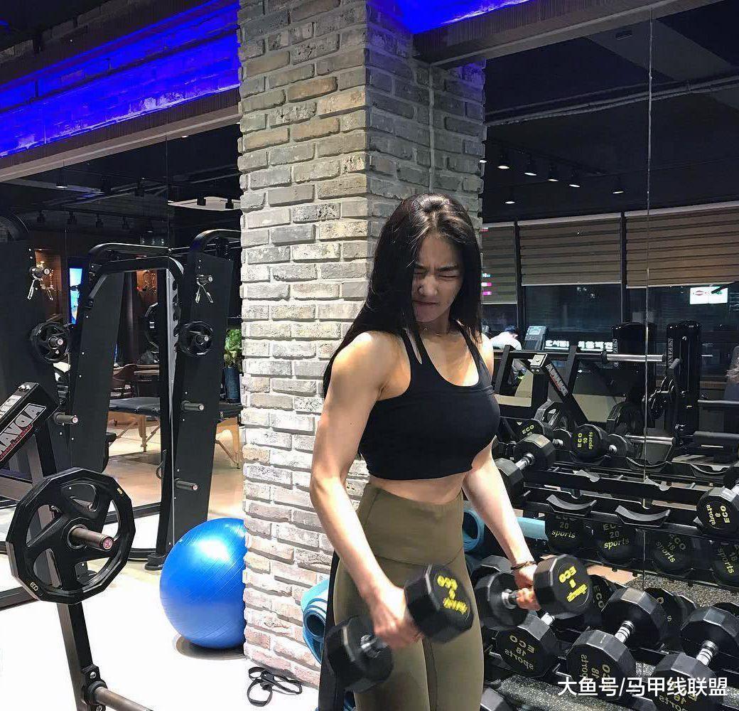 """被称为""""甜美女神""""的她, 锻炼出健美的肌肉, 日常却很有女人魅力"""