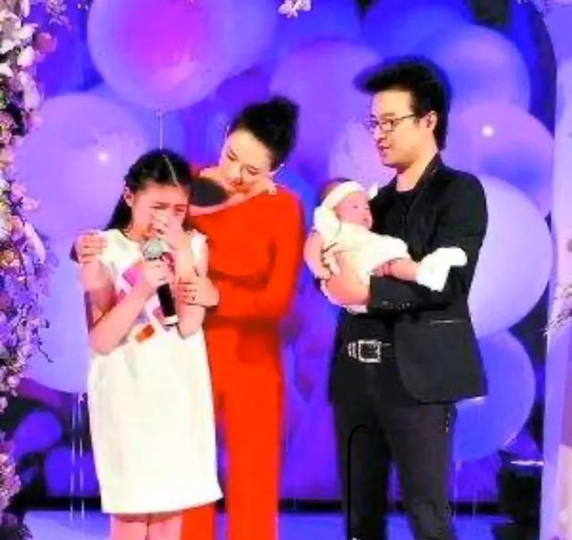 章子怡二胎产子, 小苹果却没有出现, 有谁知道她内心深处的孤单?