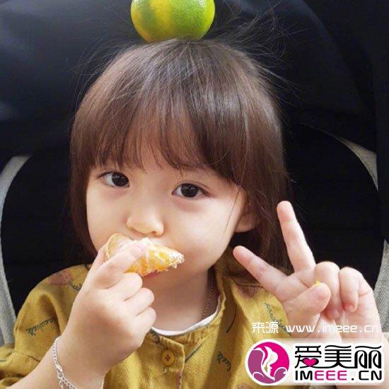 儿童发型选择短发造型,与女宝宝肉嘟嘟的小圆脸搭配真心可爱治愈人.